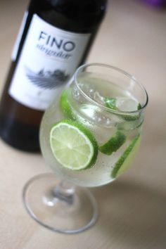 Learn how to make Rebujito, a mix of Sherry or Fino with Sprite or 7 Up that rocks Andalusia during Spring and Summer. Strong Drinks, Fresh Mint Leaves, Lemon Slice, Andalusia, Refreshing Drinks, Party Drinks, White Wine, Lemonade, Alcohol