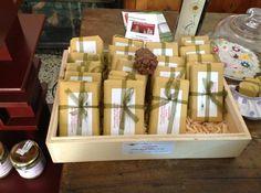 Un meltin pot curioso: cioccolato modicano ripieno di pino cembro. Succede in Val di Fiemme, Trentino. Cioccolato modicano con cirmolo | Dormire Bene, Cavalese TN - Cucchiaio d'Argento