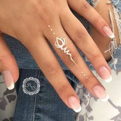 Elegante weiße Tattoo-Ideen – Tattoo Stiles Elegant white tattoo ideas Colorful tattoos have been around for centuries, and although 2018 is more about minimalist black tattoos, we can't overlook the fact that … tattoo designs … Mehndi Tattoo, Henna Tattoo Muster, Simple Henna Tattoo, Henna Mehndi, Mehendi, Simple Foot Henna, Henna Hand Tattoos, Tatoos, White Henna Tattoo