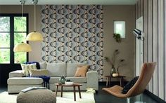 The living room with classic decor is enlivened by retro wallpaper. Wooden Decor, Wooden Diy, Retro Living Rooms, Living Spaces, Bright Painted Furniture, Diy Valentine's Day Decorations, Garden Decorations, Balloon Decorations, Retro Wallpaper