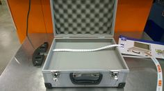Die e-code demobox.praktisch.handlich.guenstig.alle doorsigns mit sender zusammen in einem koffer. Digital Signage, Box, Suitcase, Digital Signature, Snare Drum, Briefcase