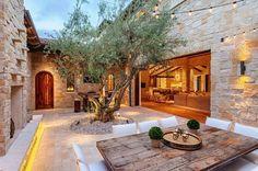 espace à manger de style mediterranéen avec un magnifique olivier