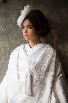 凛とする美しさ*一生に1度は着てみたい、日本伝統の花嫁衣装『白無垢』の魅力とは?♡にて紹介している画像 Japanese Costume, Japanese Kimono, Traditional Kimono, Traditional Outfits, Groom Outfit, Groom Dress, Japanese Beauty, Japanese Fashion, Wedding Kimono