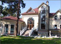 Всего в 5 км от Санкт-Петербурга расположен особняк.  Отдельный гостевой дом для персонала с коммуникациями.  В отделке помещений использованы качественные дорогостоящие материалы и технологии: дуб, лиственница, венецианская штукатурка, природный камень, гобелены.  Коттедж состоит из трех зон. Первая из них, спальная, включает в себя апартаменты хозяев (две комнаты, ванная и гардеробная) и три спальни для гостей. Вторая часть, парадная, является центром дома, здесь каминный зал с витражными…