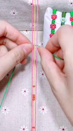 Diy Crafts Hacks, Diy Crafts Jewelry, Diy Crafts For Gifts, Bracelet Crafts, Diy Friendship Bracelets Patterns, Diy Bracelets Easy, Macrame Tutorial, Macrame Projects, Crafty