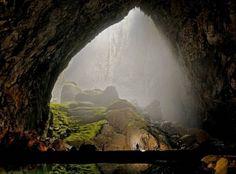 En abril del año 2009, fue descubierta, en un parque nacional de Vietnam, una larga caverna de más de seis kilómetros de longitud, más de 150 metros de ancho y con rincones que llegan a los 200 metros de altura. Este lugar, que forma parte de las 20 nuevas cavidades identificadas por un grupo de exploradores británicos, es la más grande conocida hasta el momento.