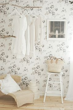 Petitevanout.  Wallpaper. White. Beautiful. White.