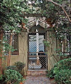 Mogli, Jéssica e Bianca vivem num espaço considerado, para os padrões caninos, uma mansão. Construído pelos proprietários Luiz Otávio Debeus e Tadeu Nasser, o canil tem área de convivência, dois quartos e, nos fundos, um banheiro!
