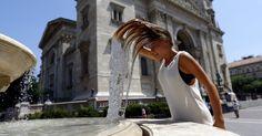 20160706 - Pedestre mergulha a cabeça em uma fonte de Budapeste, na Hungria, nesta segunda-feira (6). No fim de semana, uma onda de calor atingiu o país com temperaturas superando os 38ºC. PICTURE: Laszlo Balogh/Reuters
