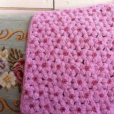 https://flic.kr/p/o6vscS | Maybee I use this side.. #crochet #crochetlove #instacrochet #hekla #pillow  #pink #flower  Front of pillow in making