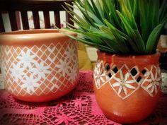 Cachepool em ceramica com renda de bilro pintada a mão.