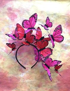 ALLE BLICKE AUF SICH. Voller Launen, Schmetterlinge Feder zart über Ihren Kopf in lebendige rosa Paletten schweben. Hervorragend geeignet für lange oder kurze Haare, und ideal für Mode bewusste Bräute und böhmischen Prominenten. Dieser Kopfschmuck ist so konzipiert, dass Sie es wie