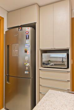 Apartamento ES por Luciana Ribeiro Arquitetura | homify French Door Refrigerator, French Doors, Kitchen Appliances, Home, Good Ideas, Log Projects, Arquitetura, Diy Kitchen Appliances, Home Appliances