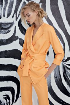 Discover the latest ready to wear collections. Suit Fashion, Grey Fashion, Minimal Fashion, Fashion Show, Pantsuits For Women, Work Looks, Colourful Outfits, Chic Dress, Classy Outfits