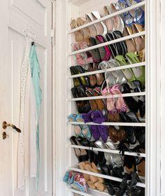 SMART SAMLING: Bak soveromsdøren står skoene på rad og rekke. I den tidligere døråpningen er det satt opp lister som holder skoene på plass.