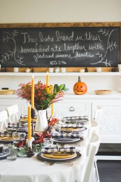 Can't come up with a creative, yet easy way to decorate your dining table for Thanksgiving? From foliage-filled pumpkin and rustic creations to Instagram-worthy floral designs, these chic yet budget-friendly Thanksgiving centerpiece ideas will impress your guests with their visual appeal. Thanksgiving Pictures, Thanksgiving 2020, Friends Thanksgiving, Autumn Decorating, Decorating Your Home, Home Design, Interior Design, Thanksgiving Centerpieces, Perfume