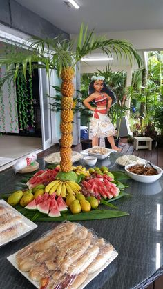 Love the fruit setup for a Moana Party Hawaiian Party Decorations, Hawaiian Luau Party, Hawaiian Birthday, Luau Birthday, Tropical Party, Birthday Ideas, Caribbean Party Decorations, Moana Hawaiian, Moana Party