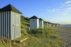 Längs kusten väster om Helsingör breder vidsträckta vackra sandstränder ut sig. Besök de pittoreska badorterna Hornbaek, Gilleleje eller Tisvildeleje med charmiga anrika badhotell från förra sekelskiftet, till exempel Helenekilde Badehotel.