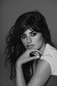 Penelope Cruz cover the December edition of Vogue Spain photographed by Peter Lindbergh. Inside the mag, Lindbergh shoots a series of portraits featuring over forty portaits including Spain's bigges stars such as Paz Vega, Bimba Bose and more. Peter Lindbergh, Vogue Magazine Covers, Vogue Covers, Penelope Cruze, Portrait Photography, Fashion Photography, Elle Us, Fashion Cover, Portraits