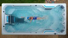Swim spa: hacer ejercicio en una gran bañera. Una Swim Spa no es más que una piscina contracorriente, una gran bañera para nadar de manera estacionaria, ejercitarse, y relajarse con su hidroterapia. Las piscinas spa de HotSpring permiten incluso correr, ya que tienen una cinta en el fondo. Poseen multitud de potentes chorros y cascadas de agua. Se fabrica en diferentes tamaños y prestaciones. #Instalaciones, #Vídeos