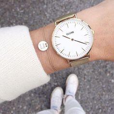 Relógio branco e dourado