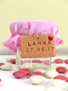 Baptême, thème gourmandise. Petit pot de dragées pour fille rose à pois blanc avec mini-biscuit personnalisé.
