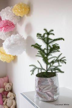 Lasten oma huonekuusi ja pastelliset pallovalot   Coconut White Advent, Planter Pots, About Me Blog, Coconut, Vase, Girls, Room, Home Decor, Bedroom