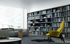 elegante wohnwand ideen Bücherregal und neongelber Sessel