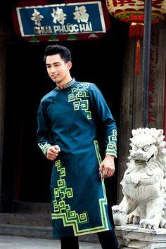 Áo dài xanh đậm ấn tượng cho chú rể Ao Dai Men, Mens Clothing Guide, Gents Kurta, Mens Ethnic Wear, Kurta Men, King Fashion, African Men, Couture Week, Mannequins