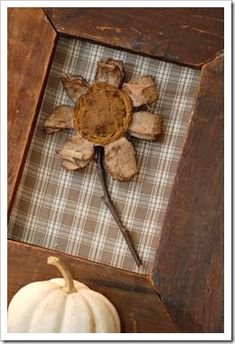 Yet another opportunity to create a marvelous Christmas wrapping. Primitive Fall, Primitive Folk Art, Primitive Crafts, Primitive Patterns, Summer Crafts, Fall Crafts, Crafts To Make, Diy Crafts, Fabric Flowers
