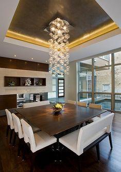 vierkante eettafel in donker hout kan mooi worden gecombineerd met witte stoelen en een wit bankje