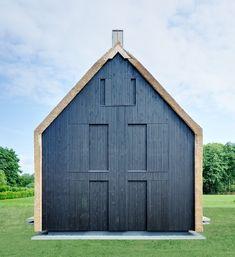 Die relativ schmalen Fenster können mit Schiebeläden vollständig geschlossen werden