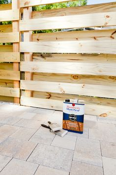 DIY Horizontal Slat Fence and Backyard Makeover. Create a stunning backdrop for your yard with these DIY privacy fence panels. Pallet Fence, Diy Fence, Front Yard Fence, Wooden Fence, Fence Ideas, Garden Ideas, Pallet Planters, Cedar Fence, Garden Projects