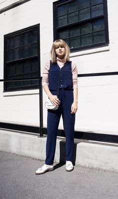 Street style : 11 Simple Outfit Ideas That Will Be in Style Forever via Spring Work Outfits, Simple Outfits, Cool Outfits, Tea Length Skirt, Preppy Style, Tomboy Style, Tomboy Fashion, Look Chic, Casual Looks