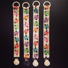 DIY Owl pacifier clips Paremman puutteeseen: Tuttinauhoja Pacifier Clips, Floral Tie, Owls, Diy, Bricolage, Owl, Do It Yourself, Homemade, Tawny Owl