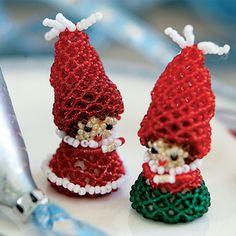 Nissepige og nissedreng er syet i fine glasperler. De vil være søde både som borddekoration og juletræspynt.