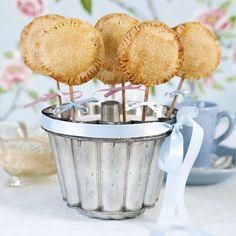Servera äppelpaj på pinne, ett lite annorlunda sätt att servera sina gäster dessert. Pie Pops, Swedish Recipes, Desserts, Babyshower, God, Torte, Tailgate Desserts, Deserts, Baby Showers