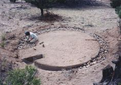 You will be stunned when you see the earthen dome home that this man has built on a small budget and short time! Do it yourself: instructions included! House Foundation, Natural Foundation, Building A Fence, Building A House, Super Adobe, Earth Bag Homes, Living Roofs, Dome House, Natural Building
