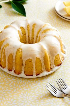 This Lemon Lavender Bundt Cake is light, moist and very refreshing. The perfect spring time dessert. No Bake Treats, Yummy Treats, Delicious Desserts, Sweet Treats, Easy Lemon Bundt Cake Recipe, Pound Cake Recipes, Muffins, Lavender Cake, Brunch