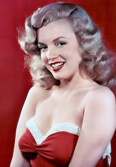 1948. Laszlo Willinger - Marilyn Monroe - 1948 - posing for pin up photos to strengthen her new Marilyn Monroe image.