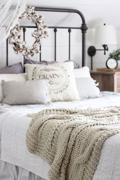 Rustic farmhouse style master bedroom ideas (44)