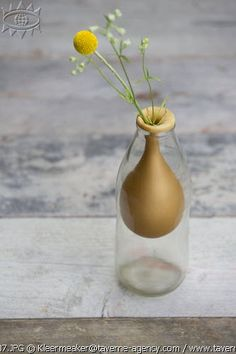 DIY vase, balloon © Rosalie Noordam & Anouk De Kleermaeker - How to Tutorials Diy Bottle Art, Bottle Crafts, Flower Power, Fun Crafts, Diy And Crafts, Ideias Diy, Deco Floral, Bottles And Jars, Decoration Table