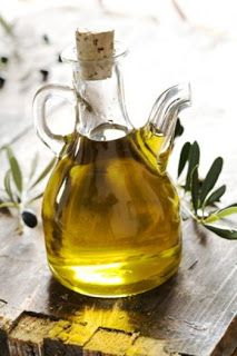 I use extra virgin olive oil on my hair and sometimes as a face moisturizer. Drinks it up! Olives, Top 10 Superfoods, Detox Kur, Healthy Oils, Healthy Skin, Healthy Food, Healthy Heart, Healthy Cooking, How To Eat Less
