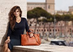 Penelope Cruz is a new brand ambassador of Carpisa Autumn/Winter 2015 collection. It's famost bags and accessorie italian brand.