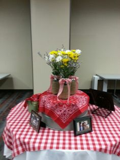 old wash tub turned upside down with a bandana and some half gallon mason jars with burlap and flowers Bbq Party, Farm Party, Country Western Parties, Western Theme, Barn Parties, Retirement Parties, Retirement Ideas, Western Table Decorations, Country Party Decorations