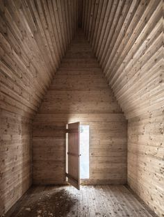 Hannes Sampl - Mountain chapel, Kendlbruck Via dbz, photos © Albrecht Imanuel Schnabel. Chapel In The Woods, House In The Woods, Religious Architecture, Interior Architecture, Wooden Buildings, Pallet House, Barns Sheds, Cabins And Cottages, Berg