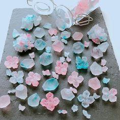 こはく糖 昨日発売のELLE mariage様にご紹介して頂きました 日持ちもするのでプチギフトにぴったりです キラキラ輝く姿からすりガラスのような質感に変化するお菓子です レッスン受付中です #こはく糖 #琥珀糖 #食べられる宝石 #紫陽花 #和菓子作り #和菓子 #お菓子作り #プチギフト #花嫁diy #おやつ #名古屋インスタ交流会 #習い事名古屋 #大人のお稽古 #猫のいる教室 #名古屋 #愛知 #東区葵 #新栄町 #栄 #千種 #fleurir #kohakuto #kohakutou #cutesweets #cookingram #cutefood #instafood #instasweets #weddinggift #cookingram #wagashi Japanese Sweets, Japanese Candy, Japanese Food, Cute Desserts, Asian Desserts, Cute Charms, Agar, Aesthetic Food, Diy Candles