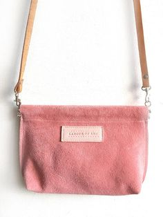 Love Me Tender Bag. Simple, pure Leather Clip Frame Pouch in Light Pink. Smooth vegtanned leather in pastel pink. Easy to carry and store all your small essentials when you go out on a date. Fits phone, wallet, keys and glamourous lipstick. Updates your daily style, whilst carrying it