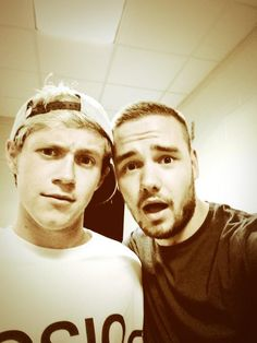 Liam Payne got a selfie with Niall Horan from One Direction. Such a lucky girl lol ♥ So funny! Liam James, James Horan, Grupo One Direction, I Love One Direction, Liam Payne, Liam 1d, Celebrity Selfies, Irish Boys, Idole