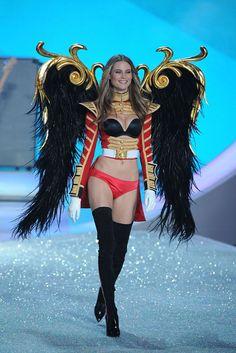 Le défilé Victoria's Secret 2013 Behati Prinsloo http://www.vogue.fr/mode/news-mode/diaporama/le-defile-victoria-s-secret-2013/16194/image/879830#!le-defile-victoria-039-s-secret-2013-behati-prinsloo